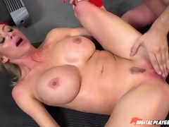 Strong guy makes busty blonde chick to squirt in lifting room